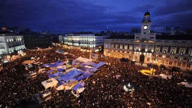 Imagen de la Puerta del Sol la noche del 15M de 2011.
