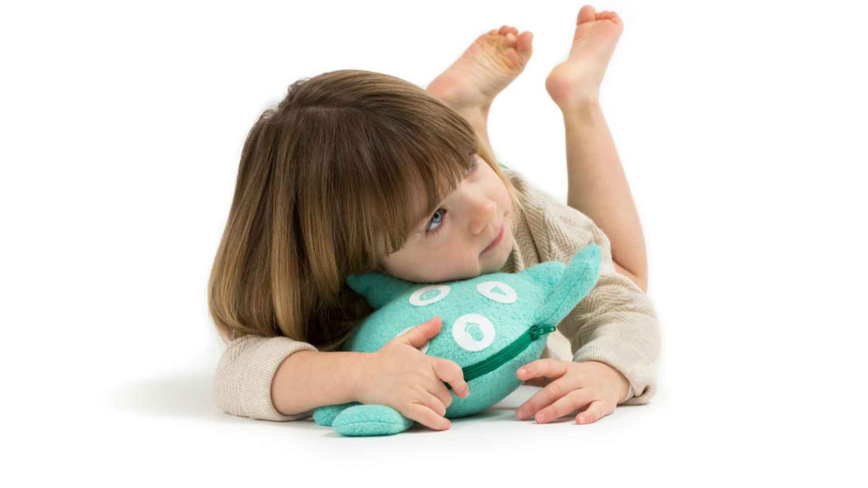 Una niña juega con uno de los muñecos. / Toymail