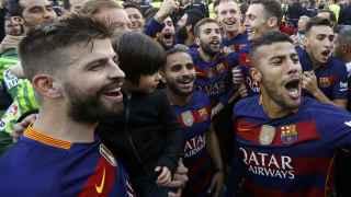 Jugadores del Barcelona celebran el título de Liga en Granada.