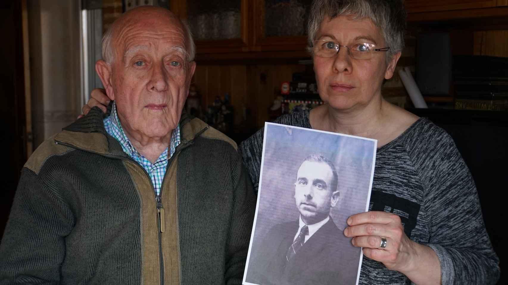 Purificación Lapeña y su padre,  junto a una imagen de su abuelo.