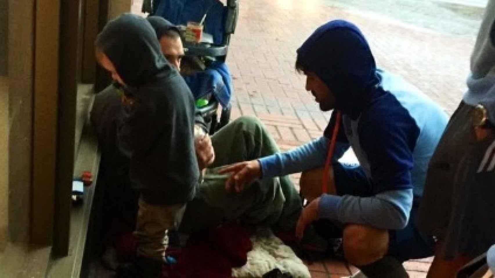 David Villa (de azul) ayudando a una persona sin hogar en las calles de Portland
