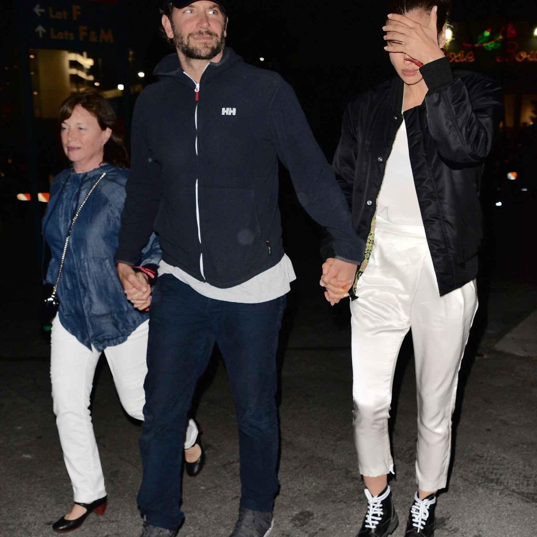 La pareja junto a la madre de Irina saliendo del concierto de Beyoncé