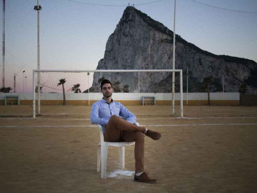 Jesús Tomillero Benavente junto al Peñón de Gibraltar