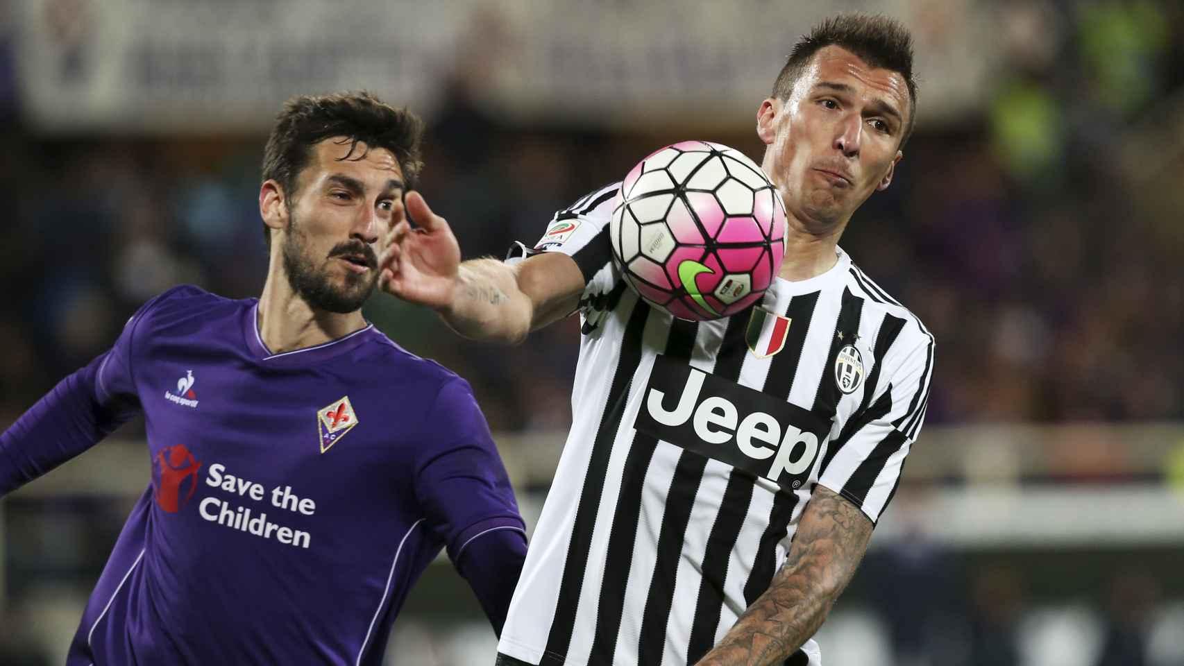 Mario Mandzukic en acción ante Davide Astori, de la Fiorentina.