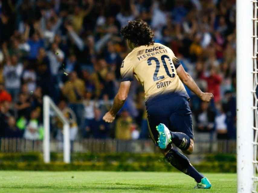 Matías Britos celebra un gol con Pumas.