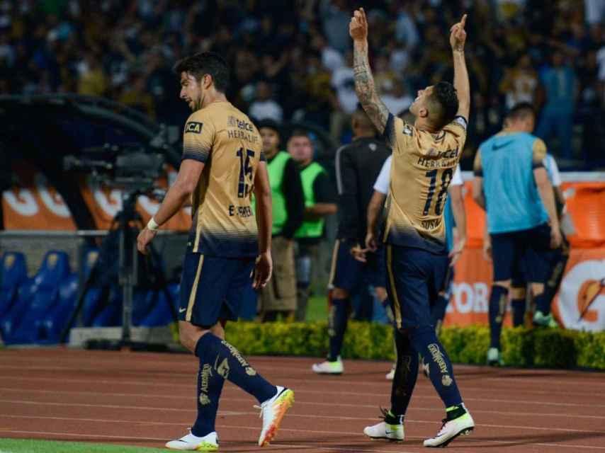 Herrera y Sosa celebran uno de los goles del equipo universitario.