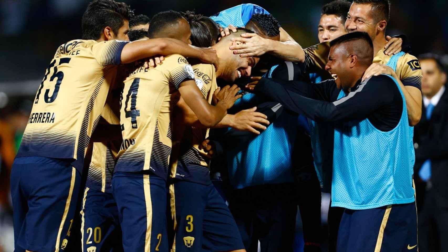 Los futbolistas de Pumas celebran uno de sus goles.