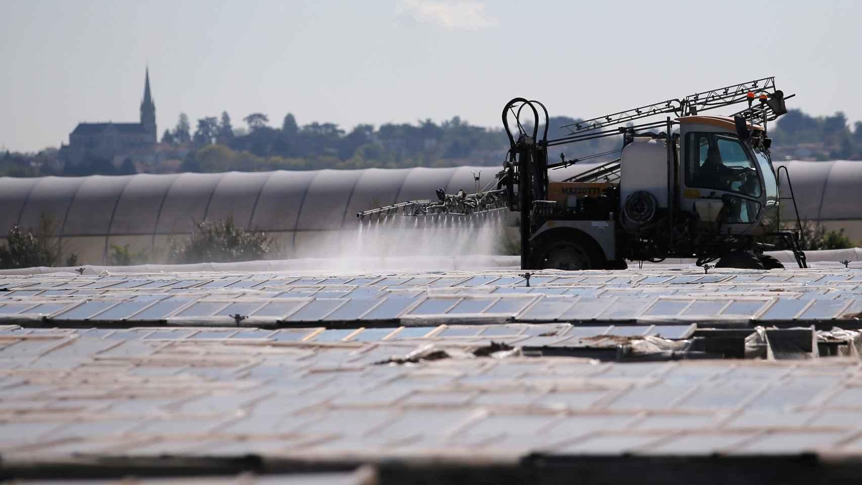 Un agricultor vierte productos fitosanitarios cerca de Nantes, Francia.