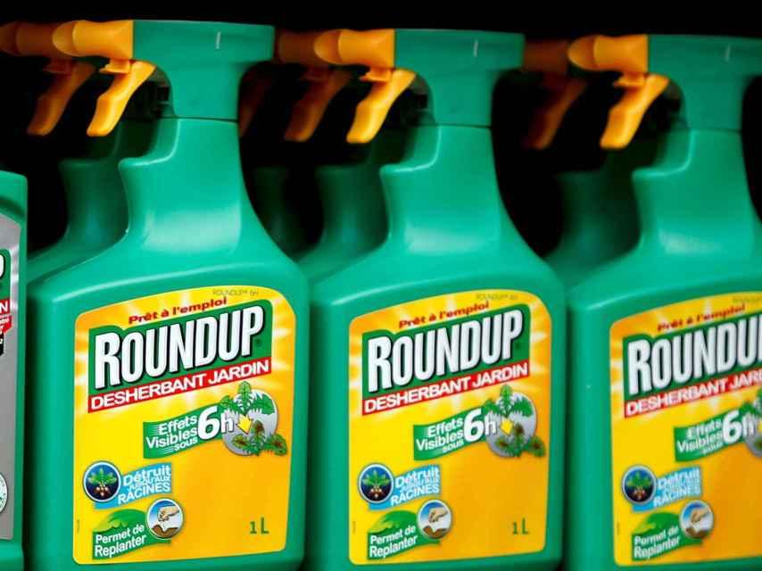 Botes de herbicida RoundUp en una tienda de Bonneuil-Sur-Marne, Francia.
