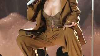 Rihanna lanza dinero a unas streapers
