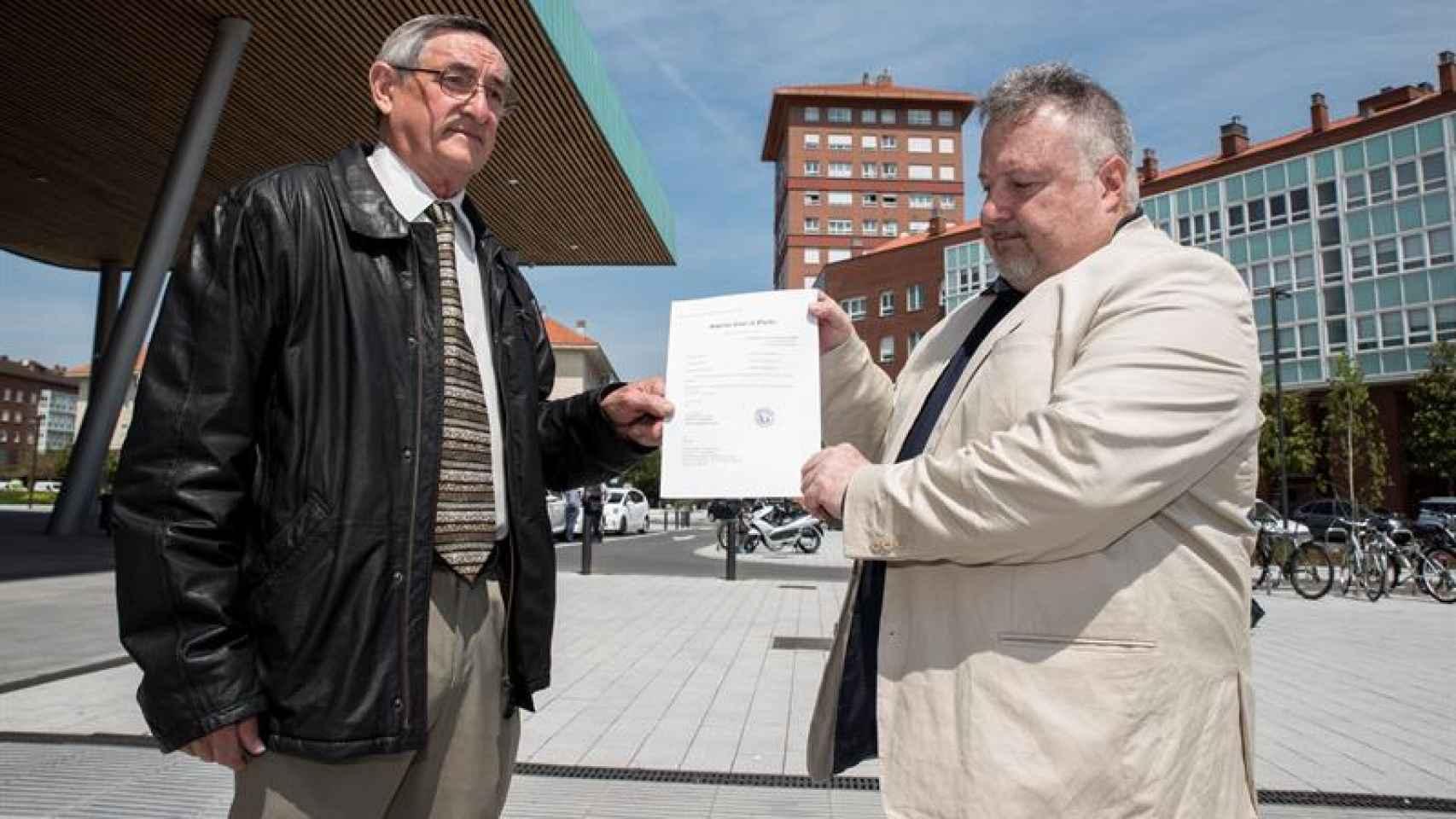 Cándido Ibar, padre de Pablo, y Andrés Krakenberger, portavoz de la asociación Pablo Ibar.