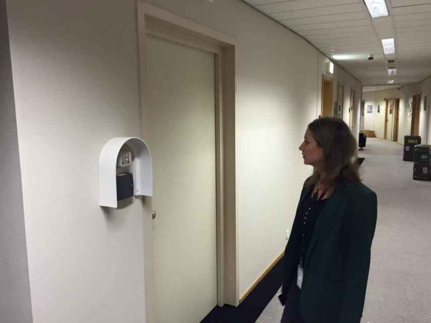 Marina Albiol (IU), antes de acceder a la sala de lectura para consultar documentos del TTIP.