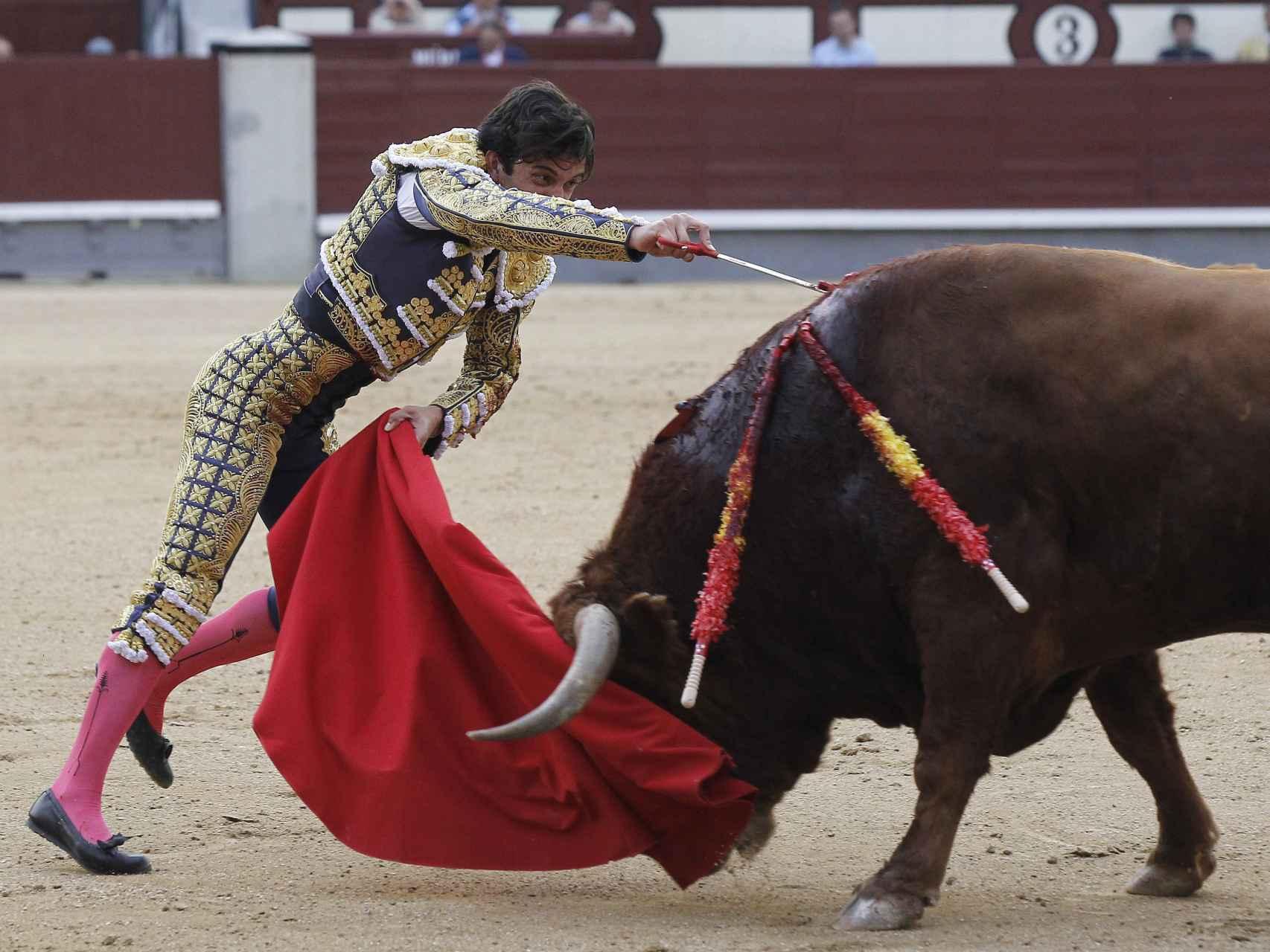 Juan del Álamo entra a matar a su segundo toro en la duodécima de feria.