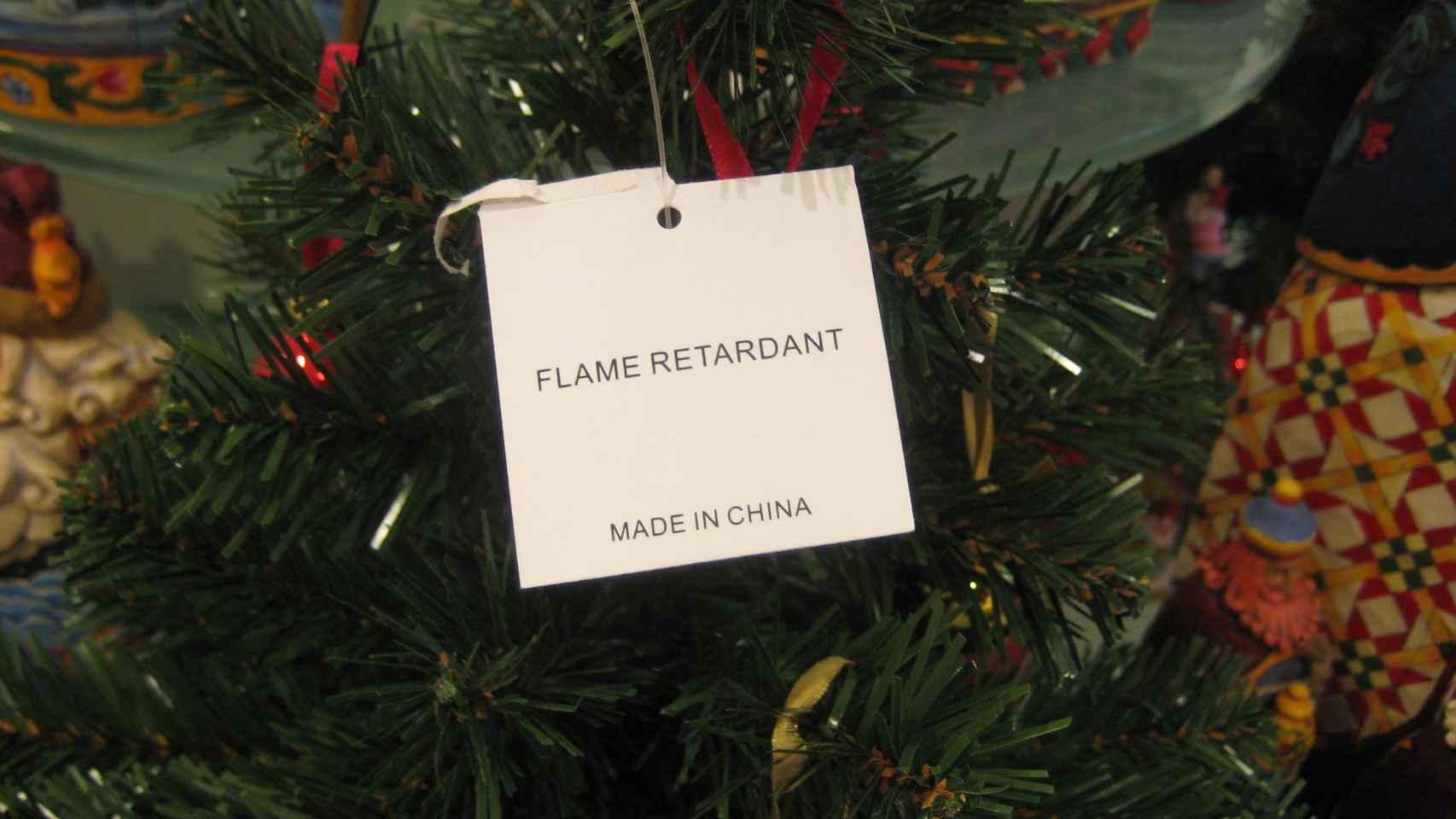 Un árbol de navidad de plástico rociado con retardante de llamas.