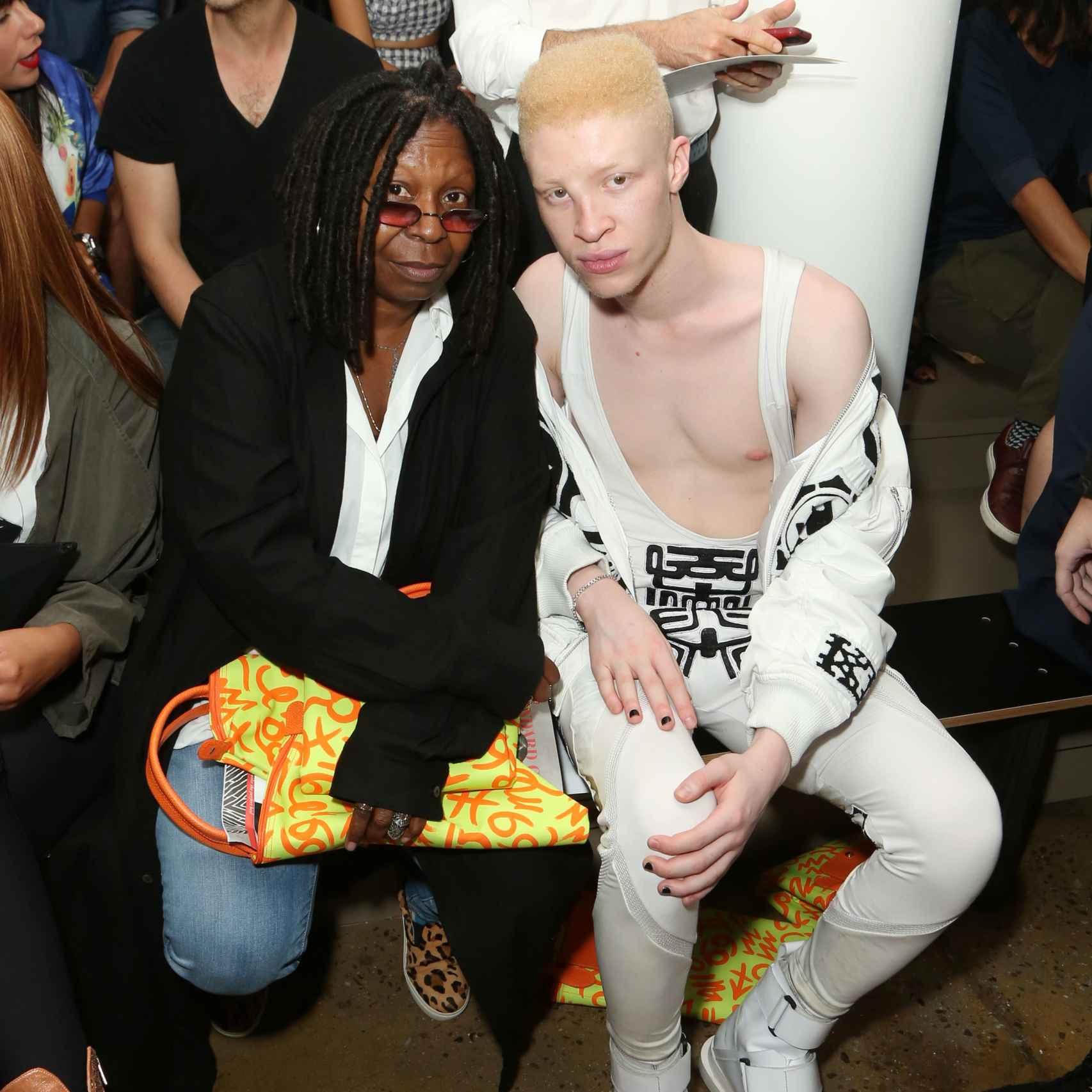 Whoopi Goldberg y Shaun Ross en la Fashion Week de Nueva York de 2014