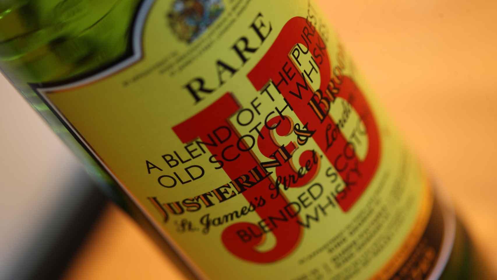 Botella de whisky de la marca J&B, de Diageo.