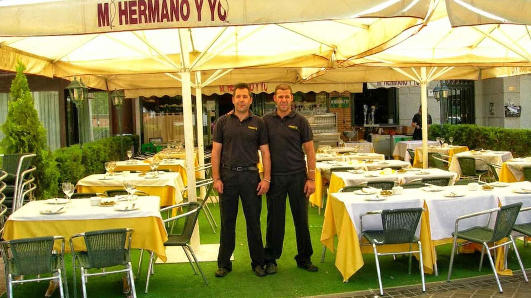 Los hermanos Raúl y Joaquín en la terraza de su restaurante.