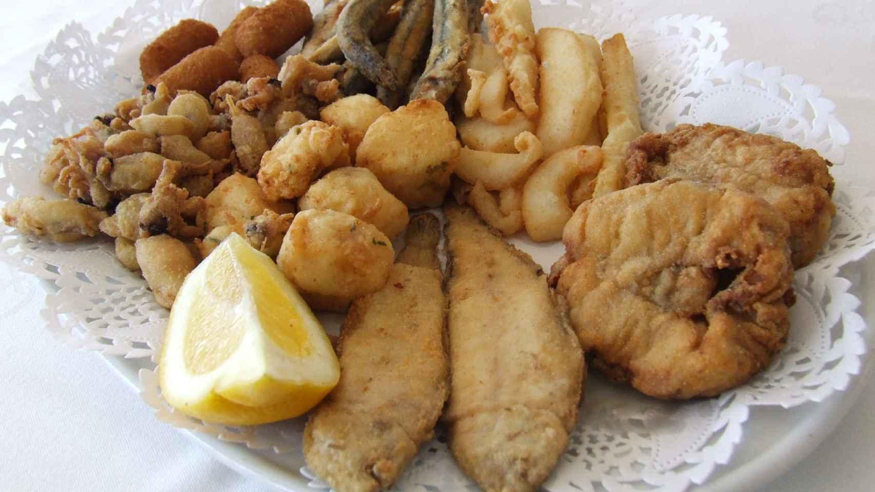 Surtido de pescadito frito que puedes encontrar en Los Pescaítos.