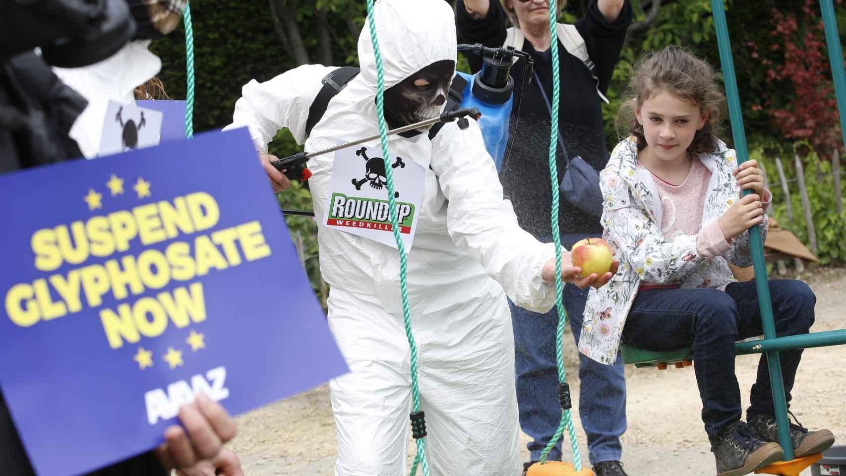 Activiztas de Avaaz protestan contra el uso de pesticidas con glifosato en Bruselas.