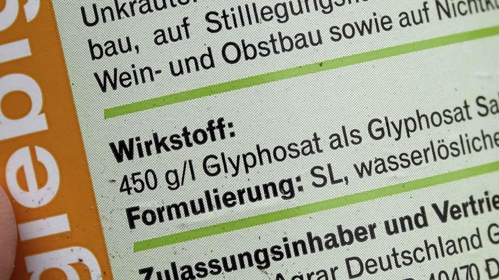 Etiqueta de una botella de pesticida con glisofato en Aukrug, Alemania.