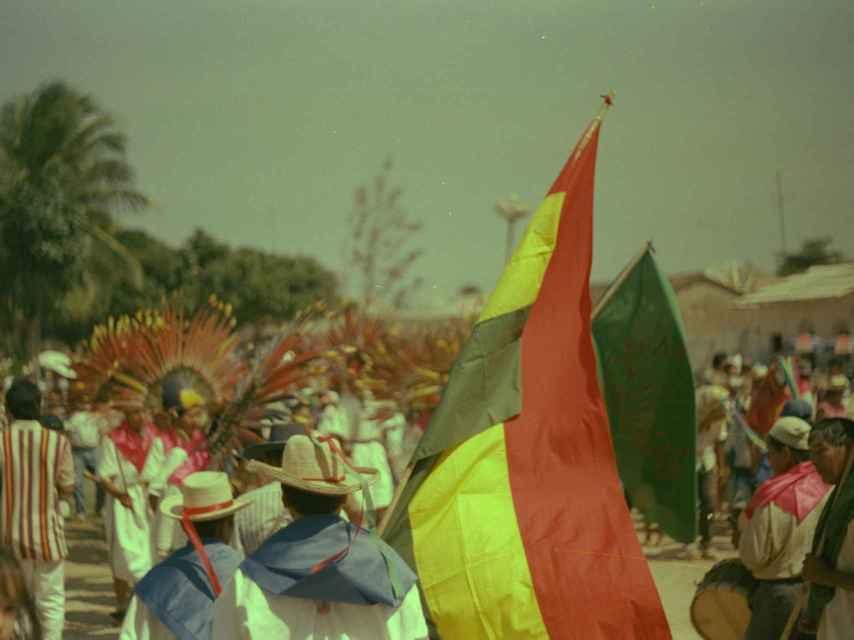 Un desfile en Bolivia fotografiado por uno de los expedicionarios en 1996.