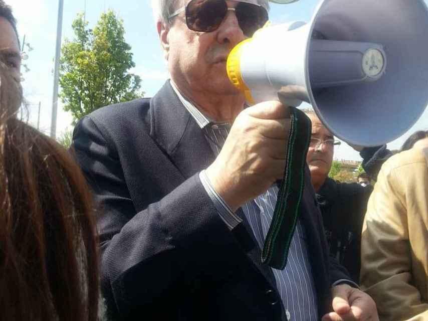 Francisco Hernando, con el altavoz en mano, durante la reunión vecinal celebrada en Seseña el domingo 15 de mayo.