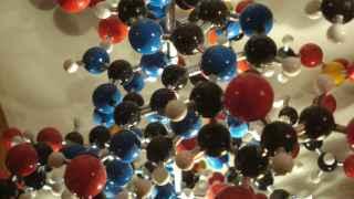 Imagen de una estructura de ADN molecular en el Museo de Ciencias de Oxford.