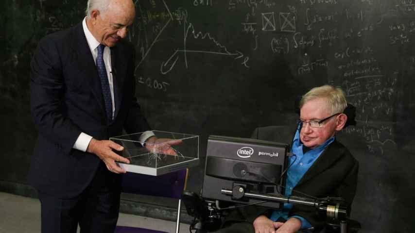 Francisco González entrega a Stephen Hawking su premio.