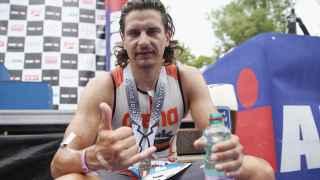 Iván Raña celebra su victoria en el Ironman de Austria en 2014.
