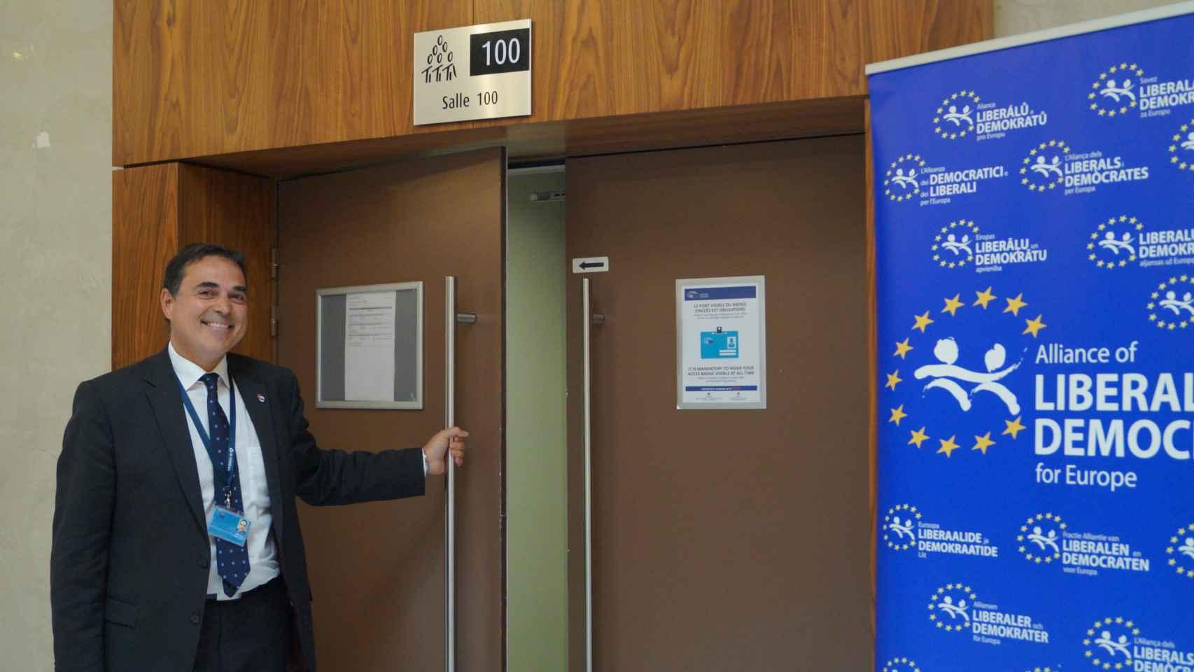 Juan Carlos abre la puerta a su sala en Estrasburgo.
