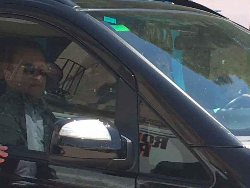 Arnold Schwarzenegger, en el interior de su coche.