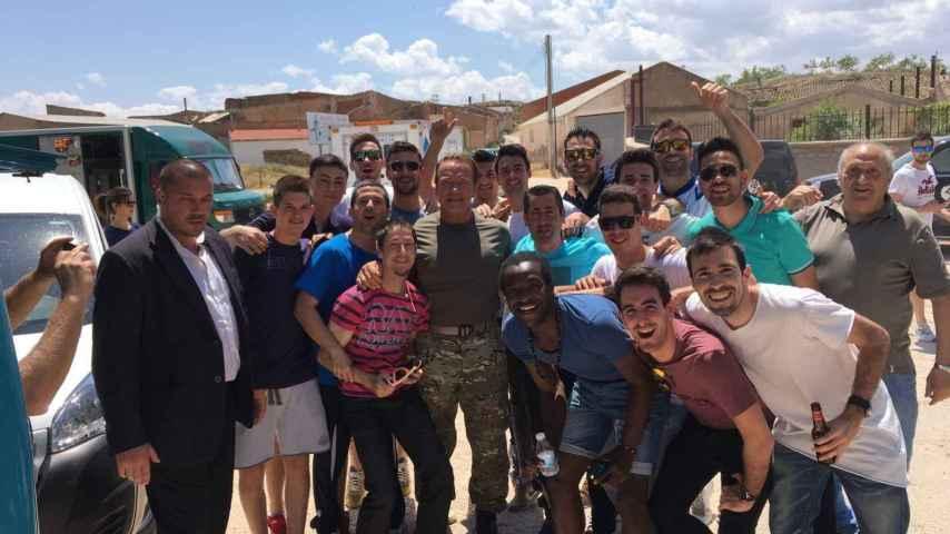 Arnold Schwarzenegger se fotografía con unas personas en su visita a Belchite.