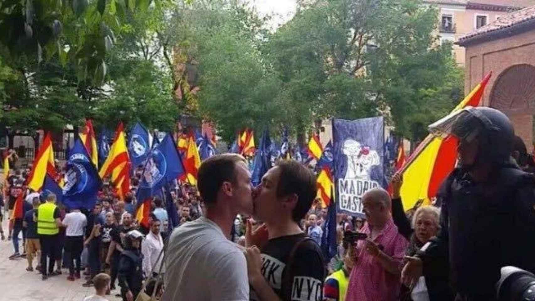 Los dos homosexuales se besan ante los centenares de manifestantes de utltraderecha