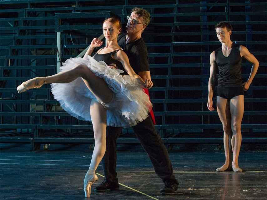 Nacho Duato ensaya con sus bailarines su espectáculo.