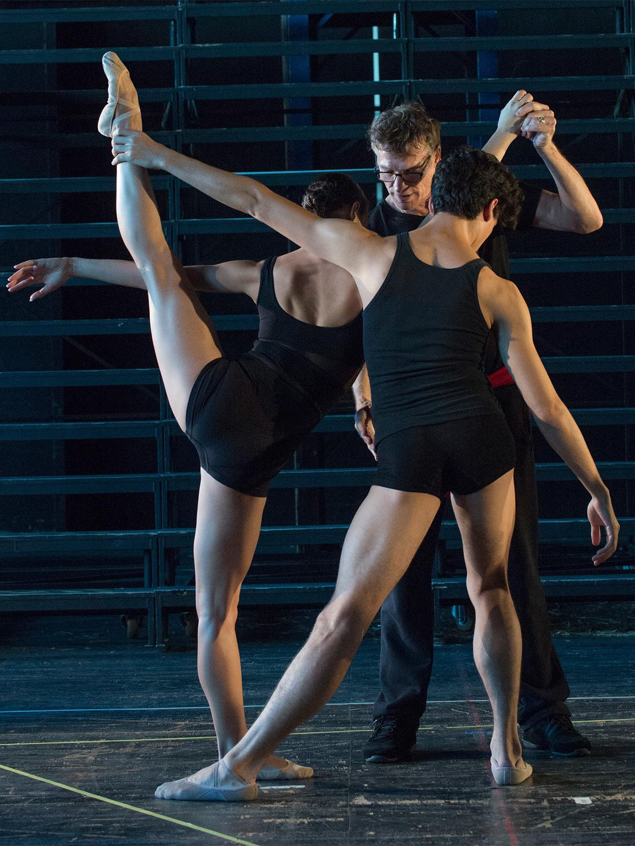 Nacho Duato da instrucciones a sus bailarines.