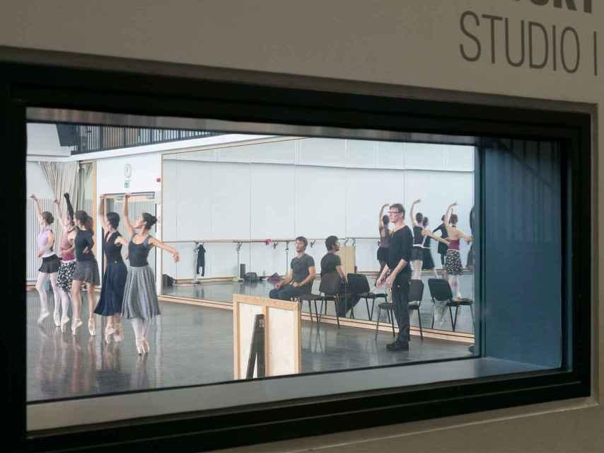 Nacho Duato observa el ensayo de sus bailarines.