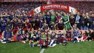 Los jugadores del Barça festejan la Copa en el césped del Calderón.