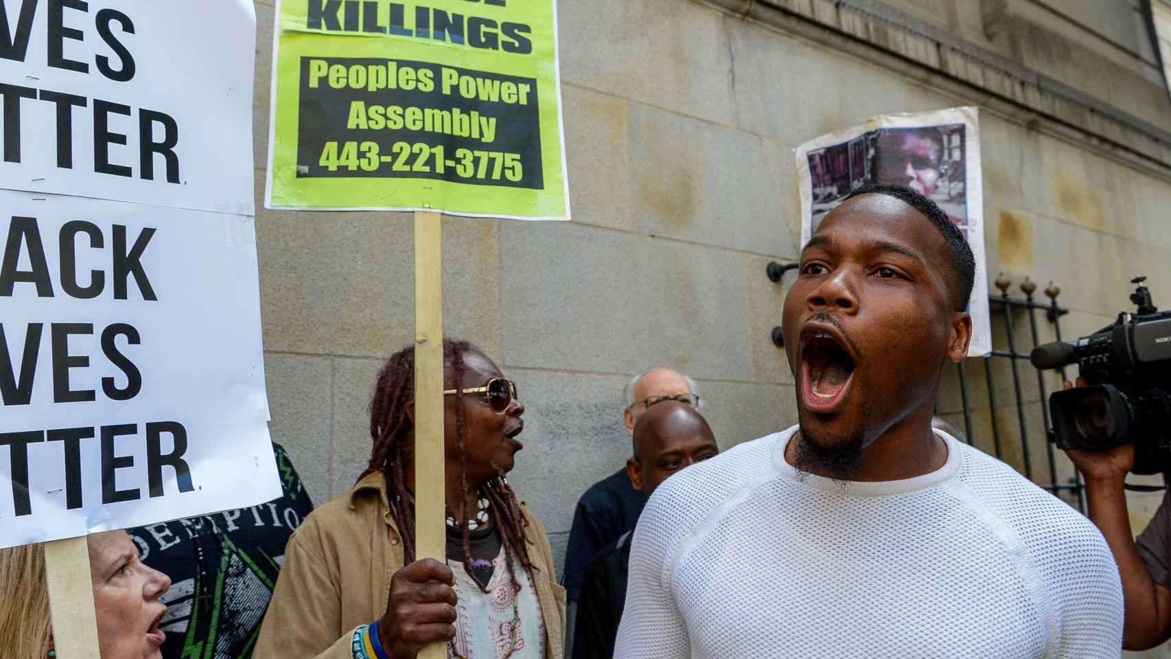 Manifestantes protestan contra el veredicto del juez en Baltimore.