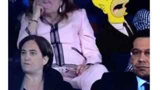 La señora de rosa se aburre estilo Homer Simpson.