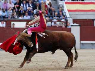 Alejandro Marcos sufre un revolcón de su primero en San Isidro.