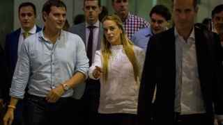Albert Rivera (2i) es recibido por Lilian Tintori (c), a su llegada a Venezuela.