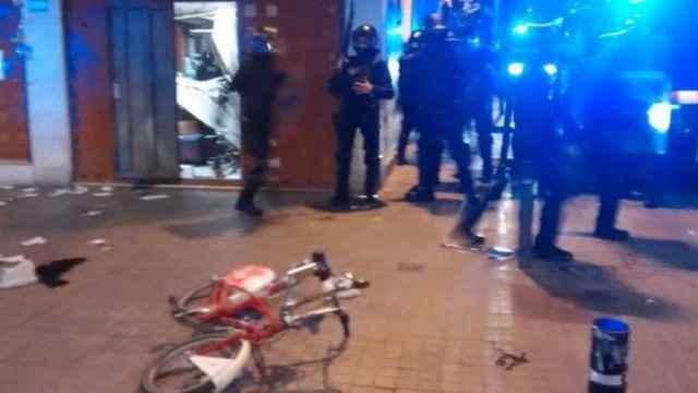 Primeras cargas de los Mossos en la manifestación por el desalojo 'okupa' en Barcelona