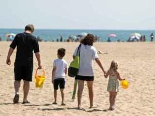 Una familia se dispone a disfrutar de la playa de la Malvarrosa de Valencia