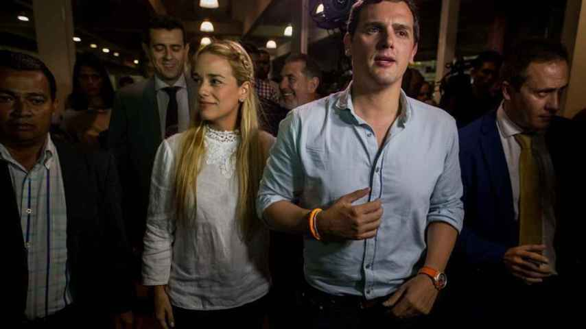 Albert Rivera, recibido en Caracas por la esposa de Leopoldo Lopez, Lilian Tintori.