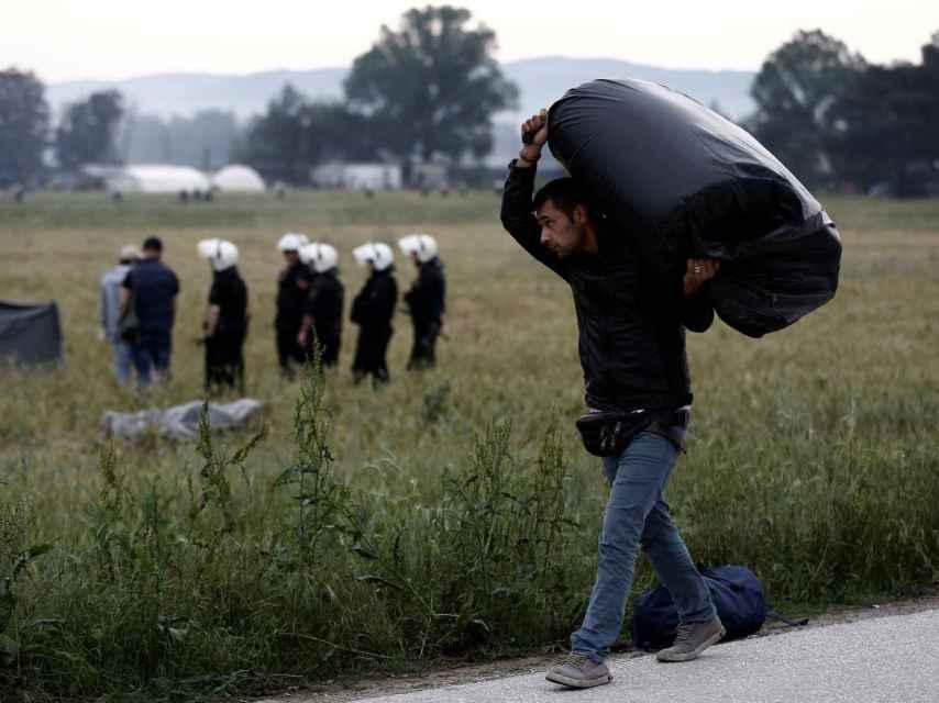 Un refugiado de Idomeni traslada sus pertenencias durante el desalojo.