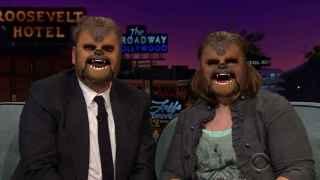James Corden y Candance Payne con la máscara de Chewbacca