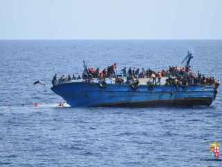 La embarcación con centenares de emigrantes se encontraba a unas millas de la costa libia.