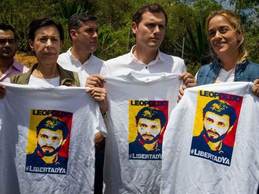 La esposa de Leopoldo López, Rivera y Tintori a las puertas de la prisión donde se encuentra el opositor.
