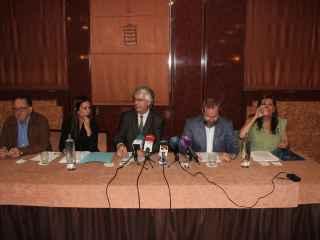 De izquierda a derecha: Paco Cardona (presidente de la asociación), los abogados Elizabeth Martínez y Leopoldo Gay, y los representantes de la organización Miguel Sencianes y Curra Ripollés.