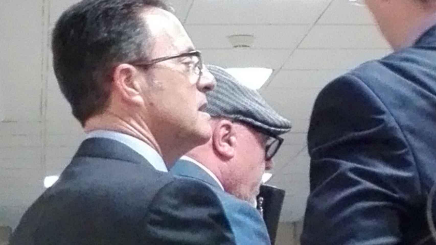 Villarejo, con gorra y gafas, rodeado de guardaespaldas, este lunes en los Juzgados de Madrid.